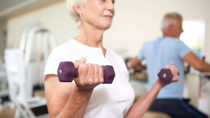 Importância de exercícios cardiorrespiratórios e de força para idosos